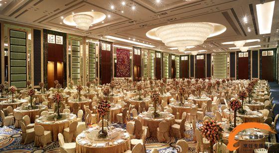深圳福田香格里拉酒店多种多样的会议及宴会场所可满足各种规模及类型的活动需要。其中无柱式大宴会厅面积达1740平方米,高达9.5米,并配有可将汽车等大型物件直接运送至宴会厅的超大电梯,因此是承办高规格展示会、商务会议以及大型宴会的绝佳场所。酒店还设有456平方米的小宴会厅,可容纳93人的演播厅、7间多功能厅、3间贵宾室、董事会议厅、新娘房和秘书室,以满足各类会议的需求。另外,酒店还开辟了独立的会晤空间。而位于酒店40层的主席室则视野宽阔,是私人聚会的首选。 招聘岗位:厨房一线工作人员 工资待遇:2800-