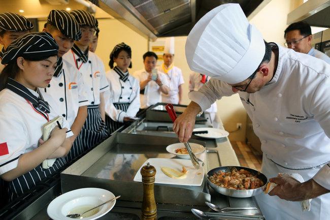 八大菜系遇上美国大餐 看中美名厨同台献技