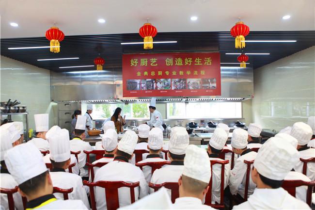 """""""写得了好字,做得了好菜""""——青年厨师书法家刘龙大师莅临我院讲学"""