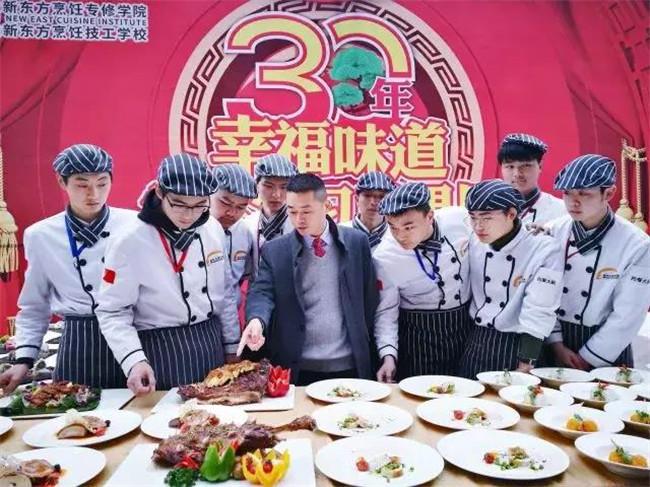 安徽新东方烹饪学院院长朱道付点评学生作品