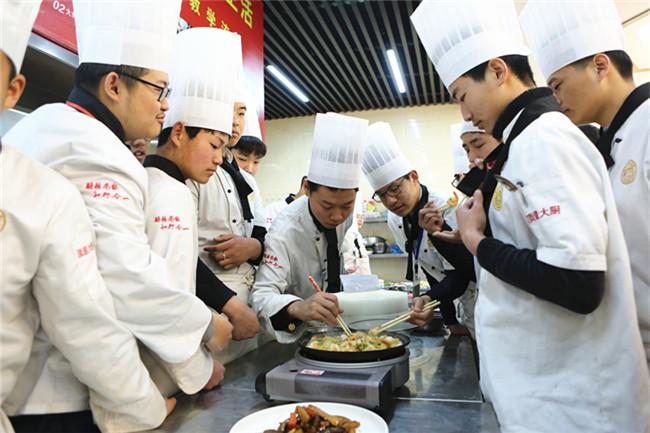同学们纷纷品尝大师料理