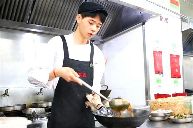 正在制作菜肴的方兵兵