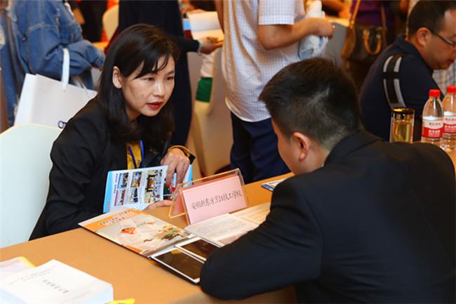 创就业指导中心负责人涂培培与企业进行交流