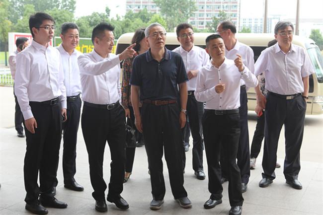 新华教育集团董事长吴伟陪同人社部副部长汤涛参观校园
