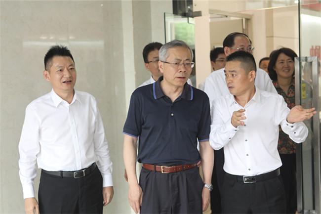 安徽新东方烹饪技工学校朱道付校长向领导介绍学校概况