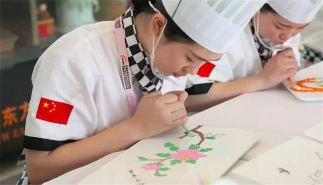 学生专心创作,备战世界技能大赛