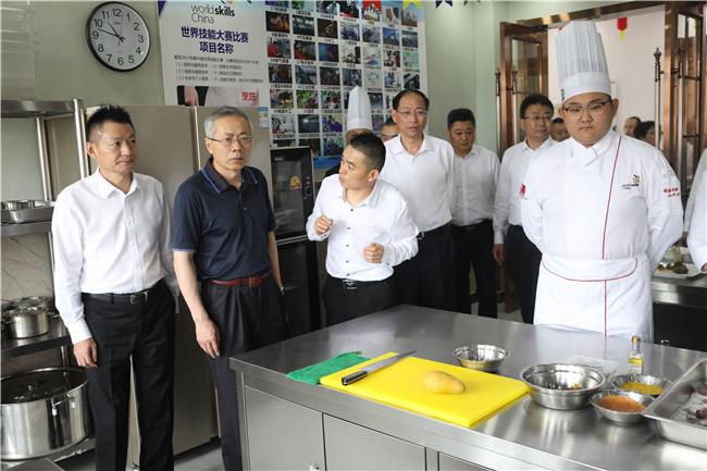 人社部副部长汤涛现场视察世赛班教学环境