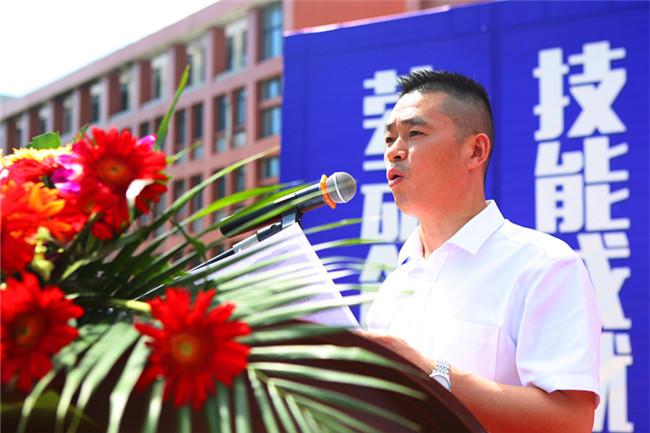 安徽新东方烹饪技工学校朱道付校长上台致辞