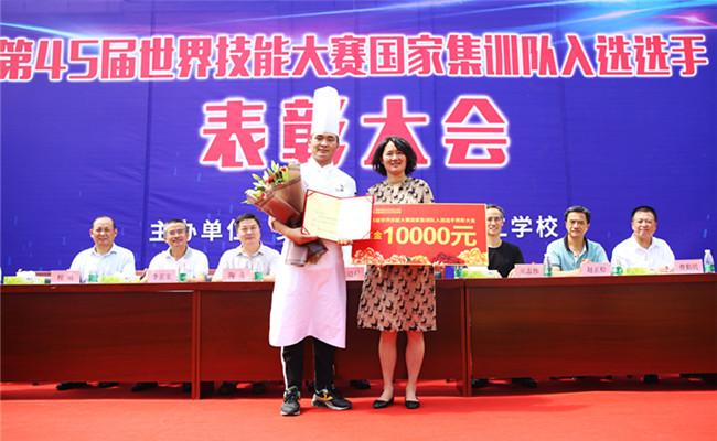 安徽省人社厅职业能力建设处处长刘晓燕为丁朋颁发证书与奖金