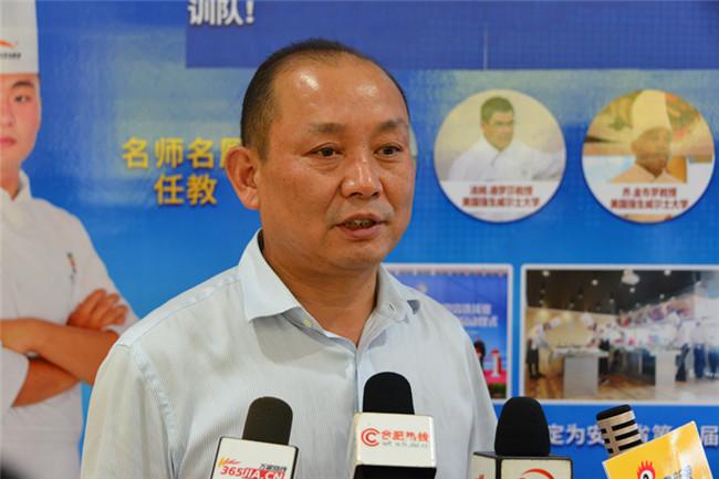 安徽新东方烹饪技工学校副校长程明接受媒体采访