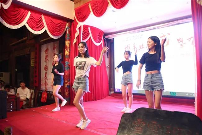 动感十足的老师女团舞蹈