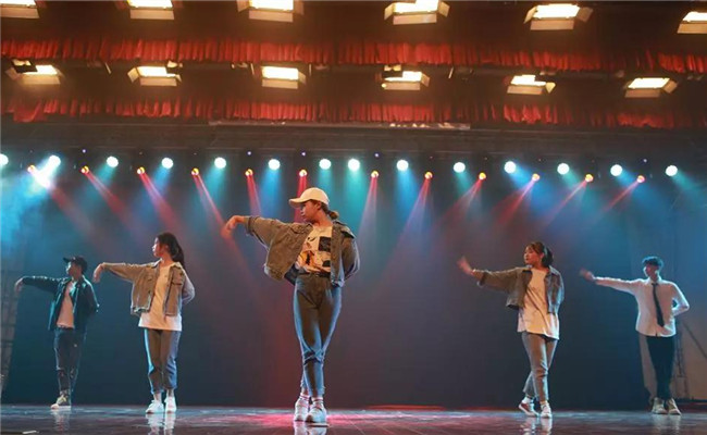 校园女团酷炫演绎舞蹈《Closer》