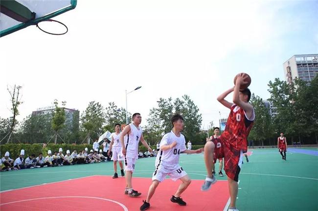一分钟 在篮球场奔跑的同学们 可以决定一场比赛的胜负