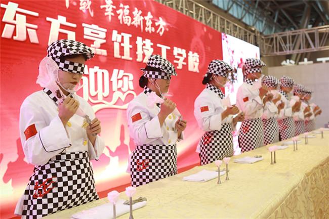 蒙眼裱花展示了安徽新东方雄厚的教学实力
