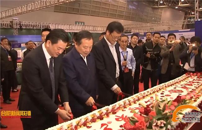 政府领导共同为技工节庆祝切下蛋糕