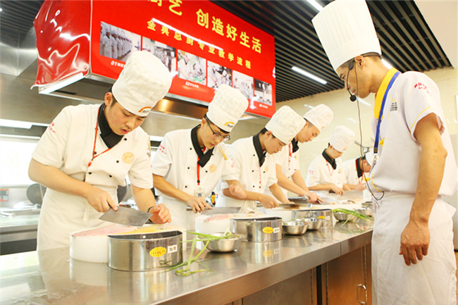 中餐学生正在进行菜肴制作