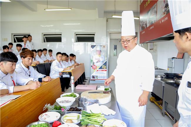 隆聚餐饮集团大师走进我校进行授课