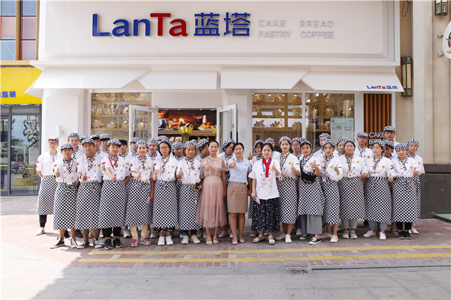 参观好利来兄弟品牌蓝塔工厂与实体店,西点专业新生收获满满!