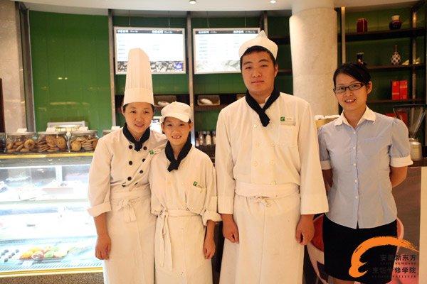 工作在古井假日酒店的优秀毕业生徐小琴与厨师长