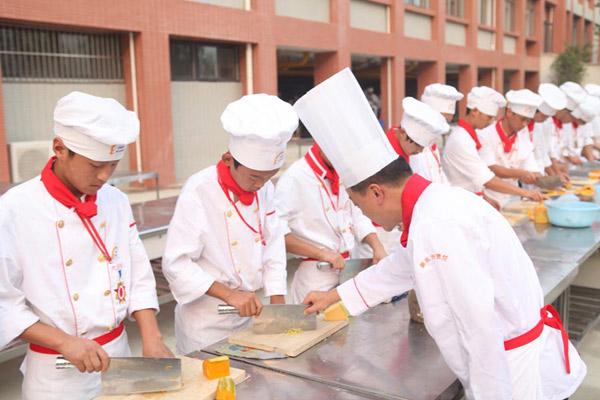 为什么到校学厨师比跟师傅学好?