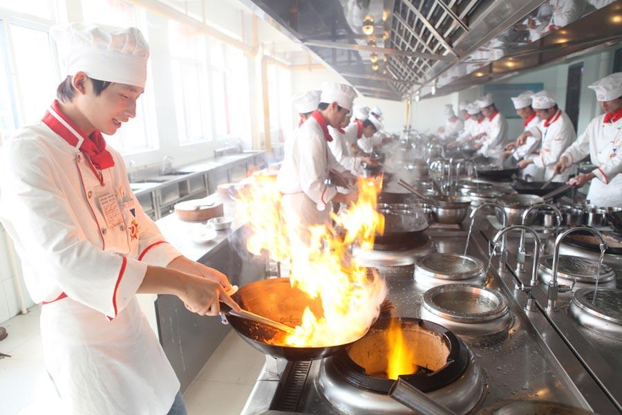 实训课堂上烹饪学子热火朝天的练习